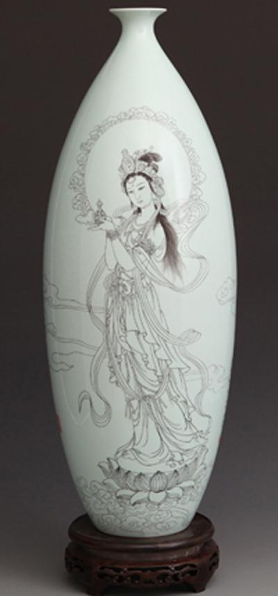 图3-25,丁泓楚《持瓶观音保平安》刻瓷瓶 高510mm,.JPG