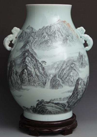 图3-70 丁邦海《会当凌绝顶 一览众山小》刻瓷瓶 高500mm。点刻、线刻、面刻结合雕刻.jpg