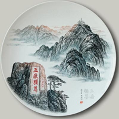 图3-72,丁邦海《五岳独尊》刻瓷盘 直径410mm.点刻、线刻、面刻工艺结合雕刻.jpg
