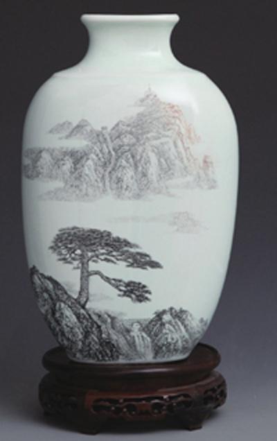 图3-73丁邦海《望人松》刻瓷瓶 高35cm 点刻、线刻、面刻工艺结合雕刻。、。.jpg