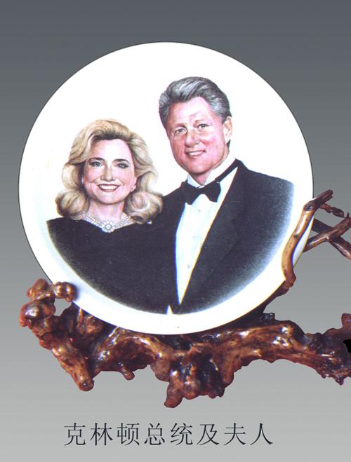 2、罗晓东《克林顿夫妇肖像》刻瓷盘 直径 510mm.jpg