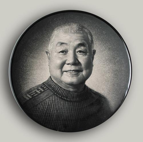 8丁邦海《陶瓷艺术家朱一圭肖像》刻瓷盘 直径508mm.jpg