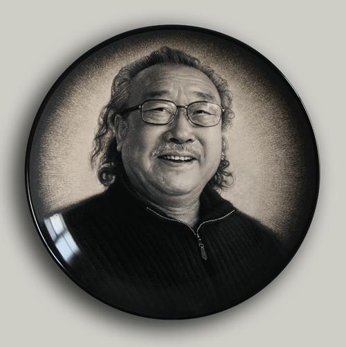 15丁邦海《玛瑙大王李洪斌大师肖像》刻瓷盘 直径508mm..jpg