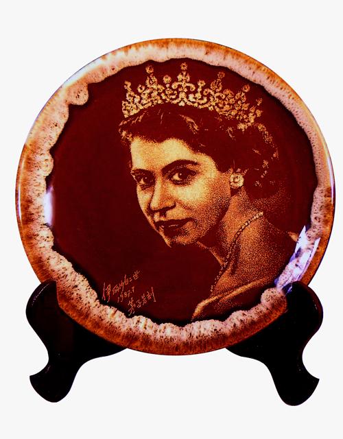 20、毛子芳《伊丽莎白二世肖像》刻瓷盘 直径260mm.jpg