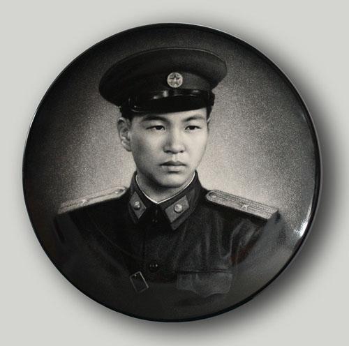 27丁邦海《中国人民解放军上尉陈玉林》刻瓷盘 直径510mm.jpg