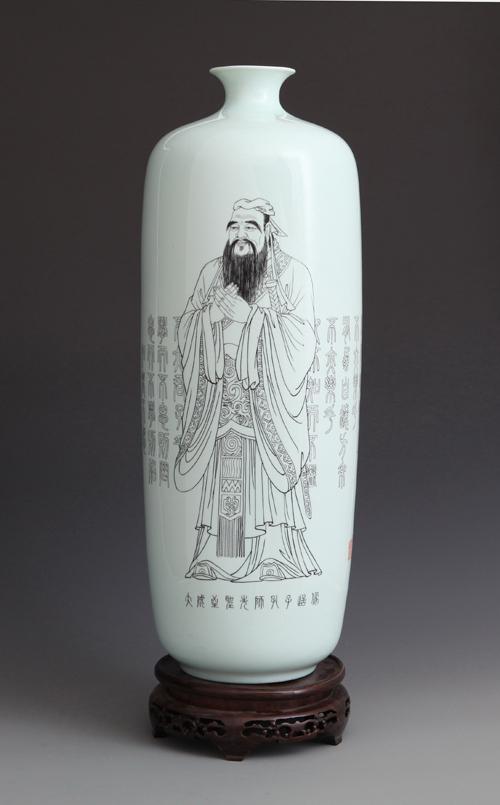 39丁泓楚《大成至圣先师孔子 》刻瓷瓶 高508mm.JPG