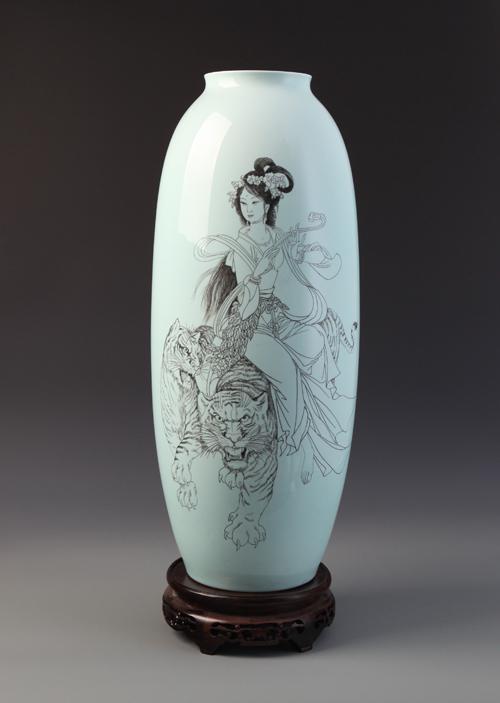 42、丁邦海《跨虎神女图》刻瓷瓶 高510mm.JPG