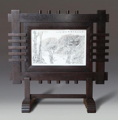 9、昃爱红《湖光山色共争秋》瓷板刻瓷 490mm×320mm..JPG