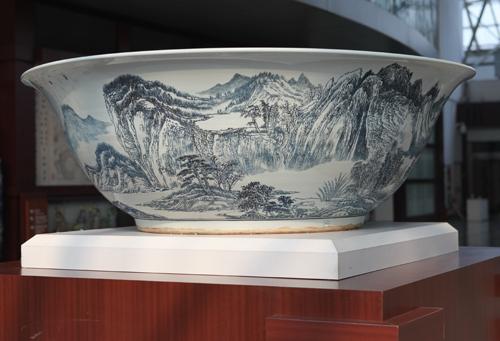 26、翟善法《蒲留仙诗意图》大型刻瓷碗 直径2000mm..JPG
