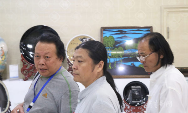 05、中国陶瓷艺术大师阎先公、王一君、丁邦海(从左至右)作为本届作品展的评委 副本.JPG